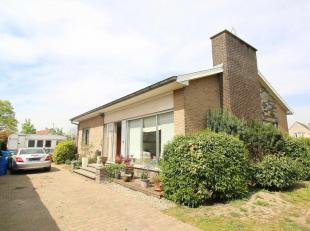 Deze te renoveren bungalow omringd door velden is gelegen op een perceel van 1.222m²  tussen Lovendegem en Sleidinge. Indeling: Inkom, toilet, ke