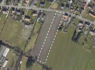 Deze grond met een totale oppervlakte van 7.238m² is deels gelegen in woongebied met landelijk karakter en geschikt voor open bebouwing. Straatbr