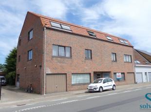 Dit 2-slaapkamer appartement is gelegen in centrum Waarschoot. Indeling; woonkamer, keuken uitgerust met kookplaat, ijskast, oven en vaatwasser. Verde