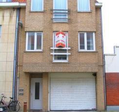 Appartementsblok bestaande uit twee entiteiten op 1e en 2e verdieping.<br /> Elk appartement bestaat uit: inkom, leefruimte met open keuken, berging,