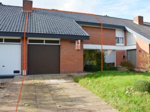 """Zeer ruime woning met 4 slaapkamers en garage is een opportuniteit voor de handige """"doe het zelver"""".  Indeling gelijkvloers :  Aparte inkom met vestia"""