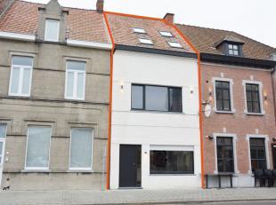 Instapklare woning op het marktplein van Kuurne.  Indeling van de woning : Via de inkomhal komt u in de sfeervolle leefruimte met open haard en een op