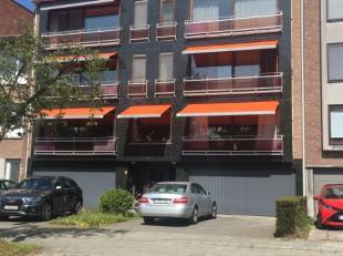 Dit appartement is gelegen op het gelijkvloers van een gebouw in het centrum van Brasschaat, net over het park, op een boogscheut van alle winkels. He