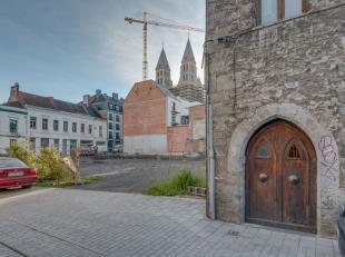 Intra muros gelegen prachtig gebouw !   Werd onderverdeeld met 4 entiteiten !<br /> <br /> Gelegen in het hart van Doornik, vlakbij de prachtig gereno