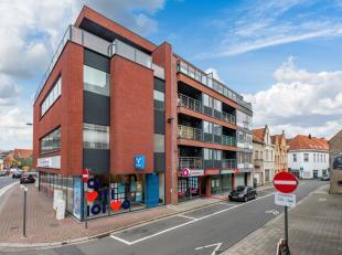 Dit interessant gelegen handelsgelijksvloers, pal in het centrum van Roeselare met vlotte bereikbaarheid, nabij station en AZ Delta, is een uiterst in