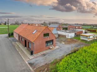 Deze woning is gelegen in agrarisch gebied en biedt U de mogelijkheid om in alle rust te wonen en toch op slechts 5 min van winkels, toegangswegen etc
