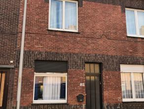 Deze te renoveren woning bestaat uit een inkomhal met ruime leefruimte en aansluitend de keuken die uitgeeft op en koertje.<br /> <br /> Op het eerste