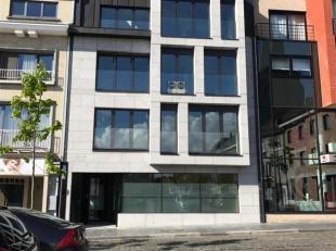 Nieuwbouw appartement op de 2de verdieping. Dit appartement zoekt zijn eerste bewoner! Indeling: inkomhal met glazen deur naar de living en open keuke