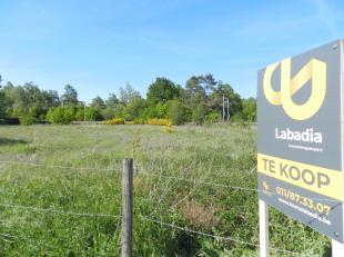 Bouwgrond te koop, geschikt voor een halfopen bebouwing. De bouwgrond heeft een oppervlakte van 7a 80ca en is gelegen in Hasselt, Kermt.<br /> Stedenb