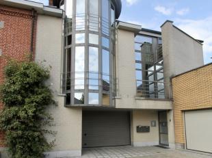 Dit appartement op de tweede verdieping is gelegen op het Vianeplein te Geraardsbergen (Viane).<br /> <br /> INDELING : <br /> <br /> Inkom, geïn