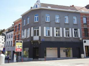 Karaktervol hoekpand op de beste locatie in het centrum van Geraardsbergen (hoek tussen 'Grotestraat' en 'Lessensestraat'). <br /> <br /> De zichtbaar