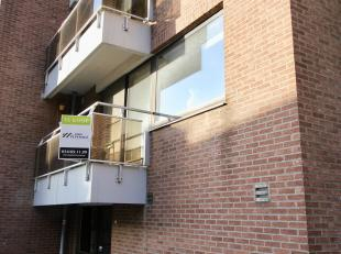 Dit gezellig appartement op het eerste verdiep ligt in het centrum van Geraarsbergen. <br /> <br /> INDELING<br /> <br /> Ruime woonkamer met open keu