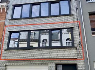 In het centrum van Geraardsbergen wordt dit appartement op de eerste verdieping te huur aangeboden. Uitstekend gelegen op wandelafstand van winkels en