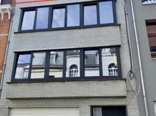 In het centrum van Geraardsbergen wordt dit appartement op de derde verdieping te huur aangeboden. Uitstekend gelegen op wandelafstand van winkels en
