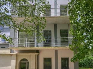 Vous rêvez de prendre votre petit déjeuner sur votre terrasse dans un cadre verdoyant, cet appartement ne pourra que vous satisfaire. Cet