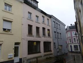 Ce bien comporte un immeuble mixte à usage d'appartements ainsi qu' une maison à renover. Il se situe dans le centre d'Arlon près