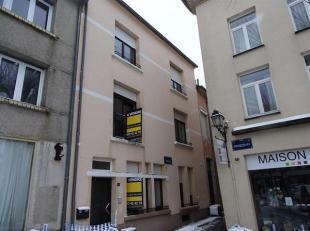 En plein centre d'Arlon, nous vous proposons ce bâtiment composé d'un studio de 28 m2 au rez de chaussée et d'une maison 2 chambre