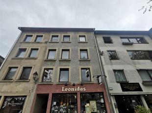 Nous vous proposons cet appartement situé en plein centre d'Arlon avec vue sur la place Marché au Beurre. Bâtiment construit en 19