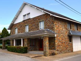 Faire offre à partir de 205.000euro pour cette villa style année 50 en pierre de grès située dans les méandres de l