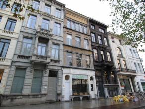 Dakappartement (ca.85m²) met zuidgericht terras in een kleinschalig gebouw met lage onkosten. Indeling: inkomhal, apart toilet, wasruimte, volled