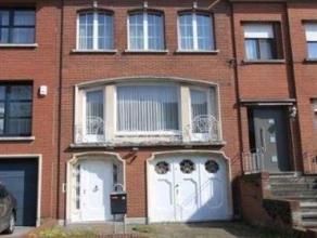 Kwalitatieve woning in de wijk 'Valaar' met zonnige tuin.Inkomhal met apart toilet en vestiaire. Op de eerste verdieping een ruime woonkamer (ca. 35m&