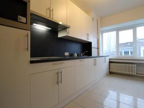 Prachtig gerenoveerd appartement op wandelafstand van het Centraal Station en de Rooseveltplaats te Antwerpen. Inkomhal met vestiarieruimte. Spliterni