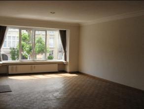 Zeer ruim 2 slaapkamer appartement (ca.136m²) in rustige woonwijk. Inkomhal op tegelvloer voorzien van vestiairekast. Ruime en lichte woonkamer (