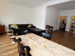 Ruim 2 slaapkamer appartement op de Leien. Inkomhal met ingebouwde dressingkast. Lichte woon- en eetkamer (ca. 35 m²) op authentieke parketvloer.