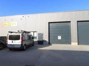 Recent magazijn (ca. 240m²) met inpandige kantoorruimte en 2 parkings gelegen in Boscopark. Het industrieterrein is 's nachts afgesloten met auto