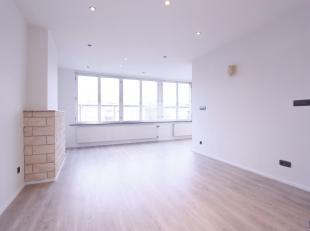 Licht appartement op toplocatie in een rustige straat op de 2e verdieping in een kleinschalig gebouw.Woonkamer in L-vorm (ca. 28m²) op laminaat m