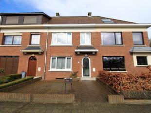 Centraal gelegen, te moderniseren woning met tuin, vlakbij het centrum van Mortsel en Edegem. Het gelijkvloers biedt een ruime woon- en eetkamer (ca 3