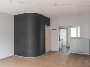 Ruim, gerenoveerd, twee slaapkamer-appartement in centrum Willebroek. Lichte woonkamer op parket met half-open ingerichte keuken uitgerust met nieuwe