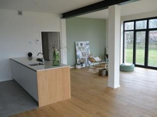Prachtig gelijkvloers nieuwbouwappartement met zonnige tuin. Dit ruime appartement combineert een eigentijds loftkarakter met een unieke landelijke li