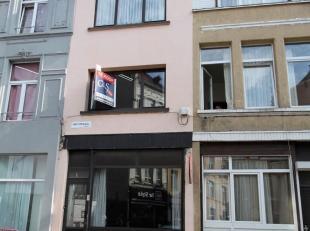 Op te frissen ééngezinswoning nabij Sint Jansplein en De Coninckplein. Op het gelijkvloers woon- en eetkamer (ca. 22m²) met aanslui