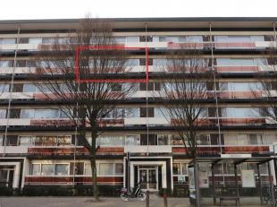 Ruim en licht appartement van ca 82 m² op de vierde verdieping die met een lift bereikbaar is. Het appartement is gelegen in een rustige wijk nab