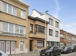 Karaktervolle ruime eengezinswoning nabij Rivierenhof in centrum Deurne. Via de brede gang naar de grote woonkamer op plankenvloer (36m²). De gro