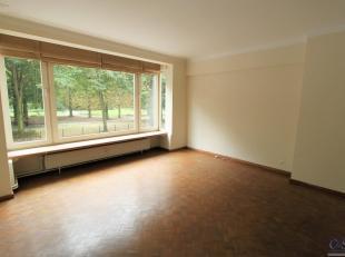 Instapklaar, ruim éénslaapkamer appartement met uitzicht op Koning Albertpark. Inkomhal met ingebouwde kasten en privatief toilet met ha