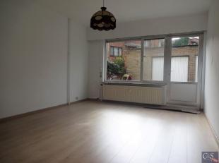 Vernieuwd gelijkvloers appartement op loopafstand van alle winkels nabij Laarsebaan. Ruime woon- en eetkamer (ca. 23m²) op laminaatvloer. Recent