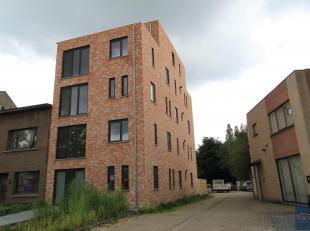 Ruim appartement met 3 slaapkamers en een zonnig terras aan de achterzijde.Inkomhal met apart toilet met handenwasser, ruime woon- en eetkamer (ca.37m