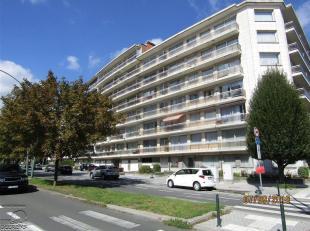 Molenbeek-Saint-Jean, quartier Machtens, dans un immeuble au1er étage, un studio comprenant une grande pièce de séjour avec chemi