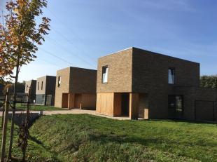 Moderne half open bebouwing op een perceel van 4a 80ca in een nieuw aangelegde verkaveling.<br /> De indeling van deze woning is als volgt:<br /> geli