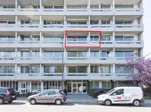 Het appartement is gelegen op de derde verdieping en bestaat uit een eet-en zitplaats, keuken, badkamer, hal, WC en twee slaapkamers, alsook een terra