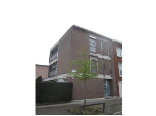 Appartement (op te frissen) op de tweede verdieping van het gebouw Buizerdlaan 1 te Antwerpen-Deurne, bestaande uit inkom, woonkamer met open keuken e