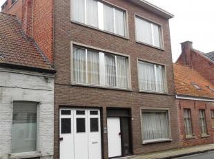 Centraal gelegen woning met 3 bouwlagen op 577 m²; opsplitsbaar in kantoor+woning of woning+appartement(en). Bouwjaar: 1968. Gelijkvloers: garage