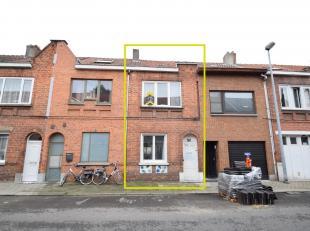 DEELS GERENOVEERDE WONING<br /> Op te frissen gesloten bebouwing met een opp. van 80 m².<br /> Indeling:<br /> GLVL: inkom & wc, living, open