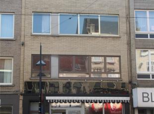 Appartement op de 2e verdieping. Het appartement beschikt over een overloop, hal met vestiairekast, aparte wc, ruime living, keuken, badkamer (met lig
