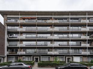 APPARTEMENT MET 2 SLAAPKAMERS<br /> Leuk appartement gelegen op de 5de verdieping met 2 slaapkamers & dubbele garage.<br /> Gelegen in een rustige