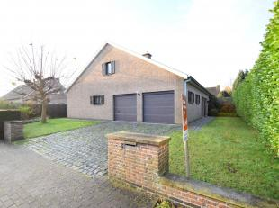 ALLEENSTAANDE WONING (type bungalow) MET DUBBELE GARAGE & TUIN. Totale grondopp. 600 m². Een comfortabele woning met o.a. inkom, apart toilet