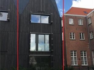 Nieuwbouw stapelwoning met garagebox<br /> Glv: inkom, wc, slaapkamer, berging, leefruimte met ingerichte keuken en aanpalend terras.<br /> 1ev via tr