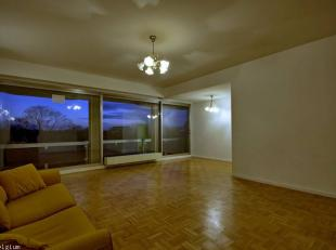 Splendide appartement sis au 5ème étage avec ascenseur à deux pas du rond-point Schuman .Superficie nette de 123 m² .Vaste h